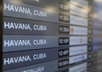 Pizarra anunciando los vuelos a Cuba en el aeropuerto internacional de Miami. Foto: EFE / Archivo.