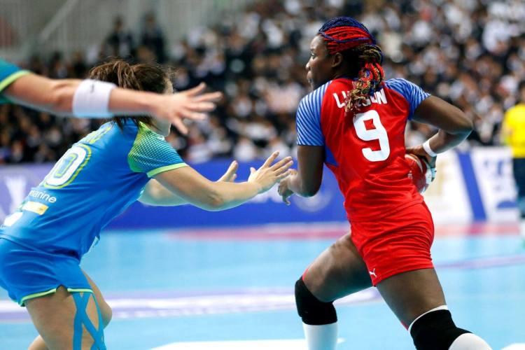 La cubana Lisandra Lusson lleva la pelota durante el partido de Cuba ante Eslovenia en el Mundial de balonmano femenino de Kumamoto, Japón. Foto: @ihf_info / Twitter.