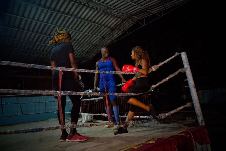 Glorias del boxeo cubano como Emilio Correa Jr. se han dedicado a la preparación de las mujeres que buscan abrirse paso sobre el ring. Foto: Ramón Espinosa / AP.