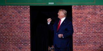 El presidente estadounidense Donald Trump en un acto de campaña en la Kellogg Arena, Battle Creek, Michigan. Foto: Evan Vucci/AP.