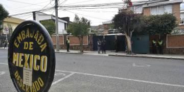 Embajada de México en Bolivia, custodiada por fuerzas policiales. Foto: Efe.