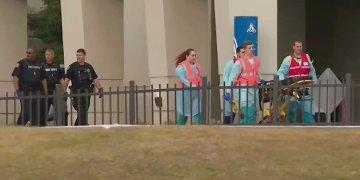 Imagen tomada de un video proporcionado por el canal WEAR-TV muestra a personal de emerencias cerca de la Base Aérea Naval en Pensacola, Florida, el viernes 6 de diciembre de 2019. Foto: WEAR-TV vía AP.