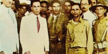 Sergió Carbó (2-i), de blanco, en una foto junto a Ramón Grau San Martín (i), Fulgencio Batista (c) y otros políticos y militares cubanos en 1933. Foto: latinamericanstudies.org