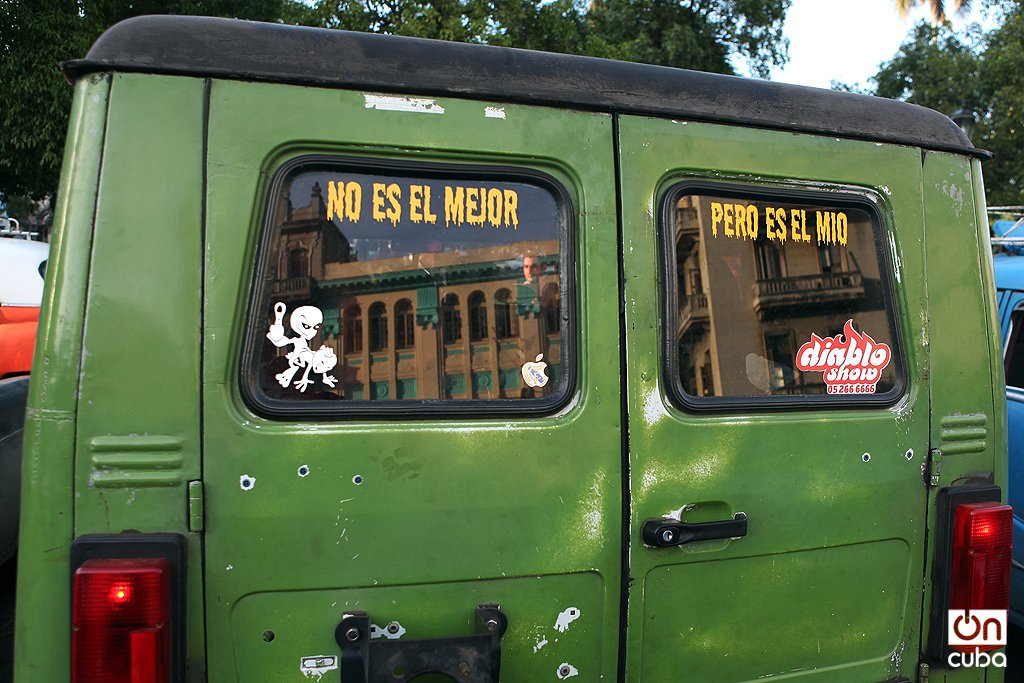 Filosofía tropical en un auto cubano. Foto: Alejandro Ernesto.