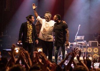 El pianista cubano Alfredo Rodríguez, el bajista camerunés Richard Bona y el percusionista cubano Pedrito Martínez. Foto: Kaloian.