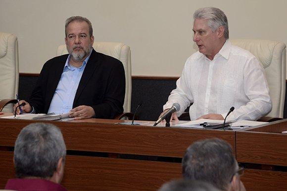 El Primer Ministro de Cuba, Manuel Marrero (i), junto al presidente Miguel Díaz-Canel, en la primera reunión del nuevo Consejo de Ministros de la Isla. Foto: @DiazCanelB / Twitter.