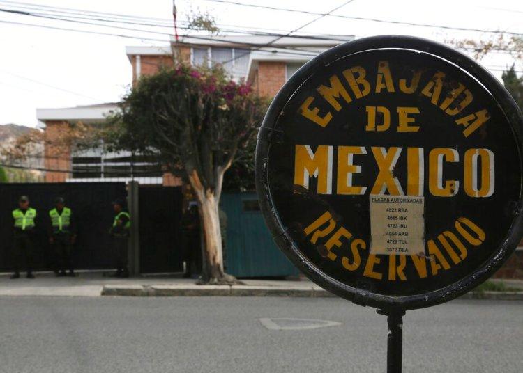 Una señalización muestra la embajada mexicana en Bolivia. Foto: Luis Gandarillas/AP.