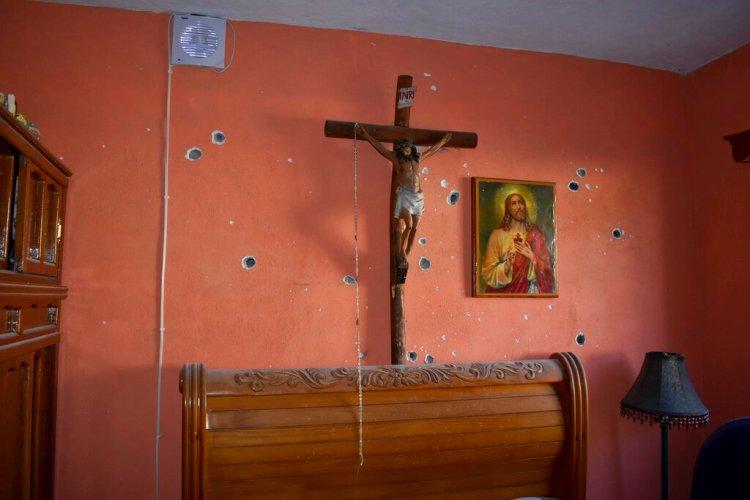 La pared de un cuarto de una casa presenta hoyos de balazos tras un tiroteo entre las fuerzas de seguridad de México y presuntos narcotraficantes, en Villa Unión, México, el sábado 30 de noviembre del 2019. (AP Foto/Gerardo Sánchez)