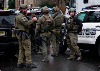 Policías llegan al lugar de un tiroteo en Jersey City, el martes 10 de diciembre de 2019, en Nueva Jersey. Foto: Eduardo Munoz Alvarez / AP.