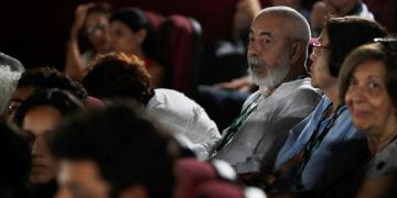 El escritor Leonardo Padura (c) participa en la presentación del documental Leonardo Padura: una historia escuálida y conmovedora, de Náyare Menoyo y como parte del 41 Festival Internacional del Nuevo Cine Latinoamericano el miércoles, en La Habana. Foto: EFE/ Yander Zamora