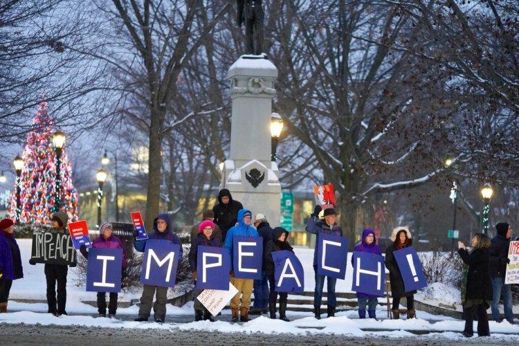 Una protesta en contra del presidente Donald Trump en Pittsfield, Massachusetts el martes 17 de diciembre del 2019. Foto: Ben Garver/The Berkshire Eagle via AP