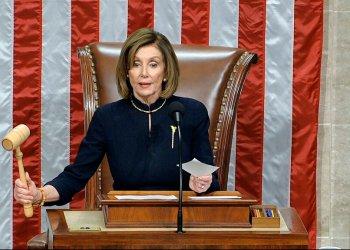 Martillo legislativo en mano, la presidenta de la Cámara de Represenantes Nancy Pelosi anuncia la aprobación de la primera de dos acusaciones a Donald Trump el 18 de diciembre del 2019. Poco después anunciaría que la cámara baja había dispuesto que Donald Trump fuese sometido a un juicio poítico. Foto: AP