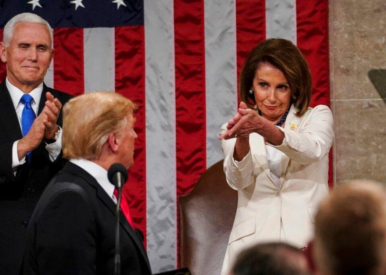El presidente Donald Trump vuelve la vista hacia la presidenta de la Cámara de Representantes, Nancy Pelosi, mientras pronuncia su discurso sobre el Estado de la Unión en el Capitolio, en Washington, en esta fotografía de archivo del 5 de febrero de 2019. El vicepresidente Mike Pence observa. (Doug Mills/The New York Times vía AP, Pool)