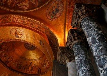 Una vista interior de la Basílica de San Marcos, en Venecia, Italia, el martes 17 de diciembre de 2019. . (AP Foto/Antonio Calanni)
