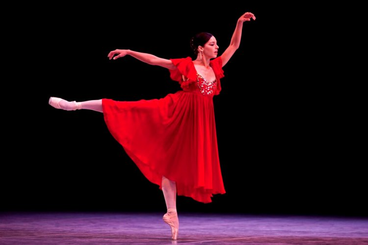 En esta foto del 28 de octubre de 2012, la bailarina cubana Viengsay Valdés actúa en la inauguración del 23er Festival Internacional de Ballet, en el Teatro Nacional de La Habana. Foto: AP/Ramón Espinosa/Archivo