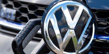 Foto tomada el 14 de mayo del 2019 de un vehículo eléctrico de Volkswagen en  Zwickau, Alemania. (AP Photo/Jens Meyer)