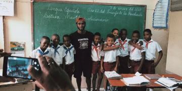 Manrique Larduet se retrató con algunos niños en Santiago de Cuba, pero también criticó las condiciones para entrenar la gimnasia en su tierra natal. Foto: Tomada del perfil de Facebook de Manrique Larduet.