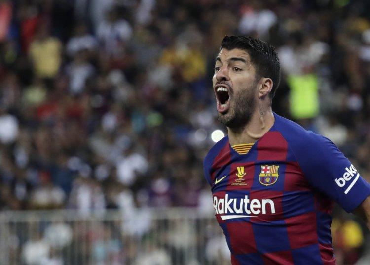 El uruguayo Luis Suárez reacciona durante el encuentro semifinal entre el Barcelona y el Alético de Madrid en Yeda, Arabia Saudí, el jueves 9 de enero de 2020 (AP Foto/Hassan Ammar)