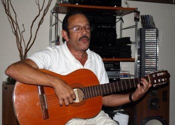 El cinesta y amante de la trova Carlos León, fallecido en La Habana el 6 de enero de 2020. Foto: Facebook del artista.