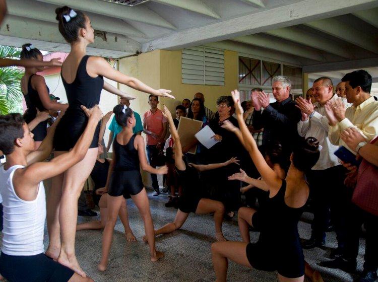 El presidente de Cuba, Miguel Díaz-Canel (tercero por la derecha), asiste a un recital de danza en una escuela de arte durante una visita a Las Tunas, Cuba, el 16 de enero de 2020. Foto: AP/Ismael Francisco