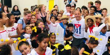 El profesor Carlos Lazo comparte con sus alumnos de Seattle con niños cubanos de La Colmenita. Foto: Cortesía del Autor.