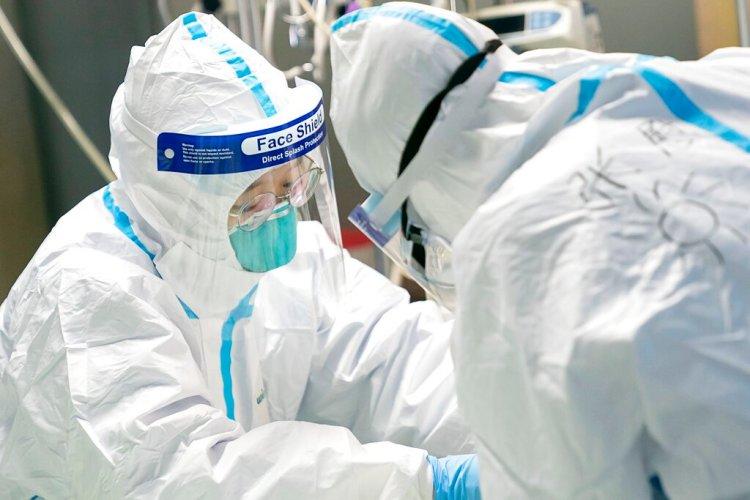 En esta fotografía proporcionada por la agencia de noticias china Xinhua, unos trabajadores médicos atienden a un paciente en el Hospital Zhongnan, en Wuhan, China, el viernes 24 de enero de 2020. Foto: Xiong Qi/Xinhua vía AP