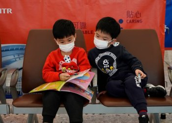Pasajeros usan cubrebocas para impedir la transmisión de un nuevo coronavirus, estación ferroviaria de Hong Kong, miércoles 22 de enero de 2020. Foto: AP/Kin Cheung