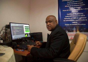 Geraudis Mustelier trabaja en su negocio de contabilidad en La Habana, Cuba, el lunes 27 de enero de 2020. Foto AP/ Ismael Francisco