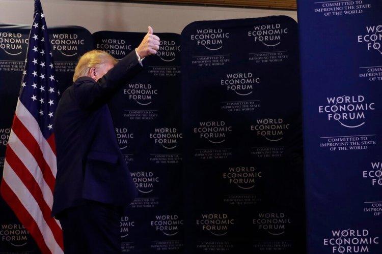 El presidente Donald Trump se va después de dar una conferencia en el Foro Económico Mundial en Davos, Suiza, el miércoles 22 de enero de 2020. Foto: Evan Vucci / AP.