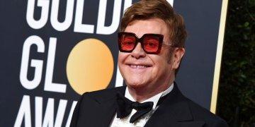El domingo 5 de enero de 2020 Elton John llega a la 77a entrega anual de los Globos de Oro en el Beverly Hilton Hotel, en Beverly Hills, California. Elton John y Chris Hemsworth son algunos de los famosos que se han comprometido a donar millones en ayuda Australia para combatir los incendios forestales. (Foto Jordan Strauss/Invision/AP, archivo)