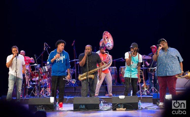 La banda The Soul Rebels, de Nueva Orleans, en la apertura del Festival Jazz Plaza, en el Teatro Nacional de La Habana, el 14 de enero de 2020. Foto: Enrique Smith.