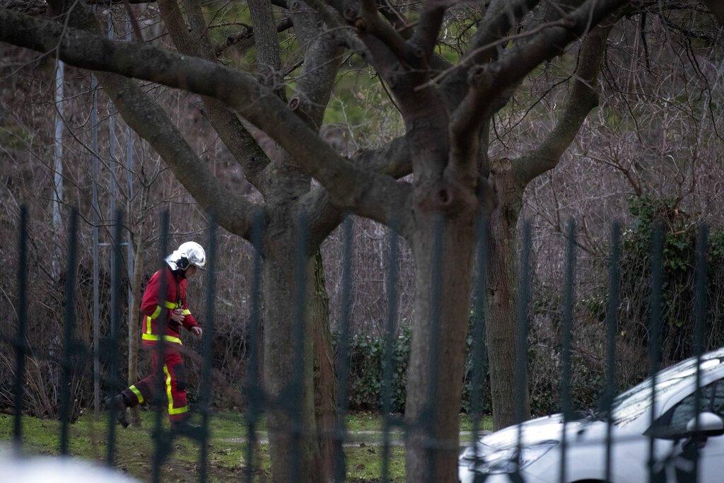Un rescatista trabaja en un parque después de que un hombre apuñalara a transeúntes el viernes 3 de enero de 2020 en Villejuif, sur de París. Foto: AP/Michel Euler