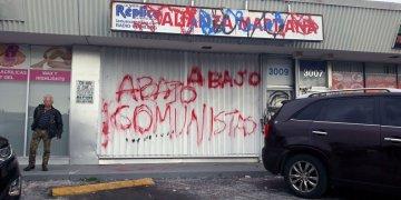 Así amaneció el lunes la fachada de  las instalaciones de la Alianza Martiana en Miami. | Foto: Carlos Rafael Diéguez