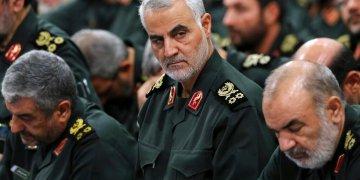 En esta fotografía de archivo del 18 de septiembre de 2016 tomada de la página de internet de la Oficina del Líder Supremo Iraní, se ve al general de la Guardia Revolucionaria, Qassim Soleimani, al centro, durante una reunión en Teherán. (Oficina del Líder Supremo Iraní vía AP, Archivo).