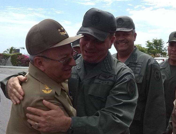 El general de Cuerpo de Ejército Leopoldo Cintra Frías ministro de la FAR de la República de Cuba, Leopoldo Cintras Frías recibido en 2015 por oficiales de las Fuerza Armada Nacional Bolivariana de Venezuela. Foto: @ComgralAmb /Twitter.