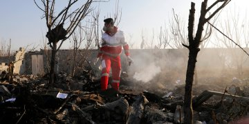 Un rescatistas busca entre los escombros en el lugar donde se estrelló un avión de pasajeros ucraniano, en Shahedshahr, al suroeste de Teherán, Irán, el 8 de enero de 2020. Foto: AP/Ebrahim Noroozi