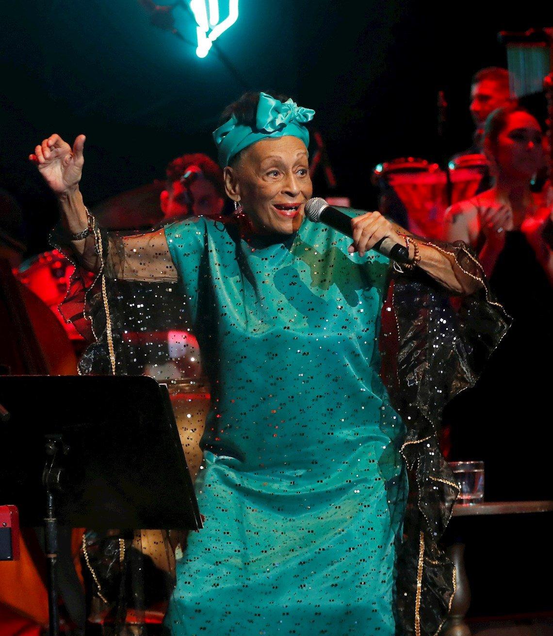 La cantante cubana Omara Portuondo en el concierto homenaje organizado por el músico Roberto Fonseca, durante la clausura del 35 Festival de Jazz Plaza de La Habana, el 19 de enero de 2020. Foto: Ernesto Mastrascusa / EFE.