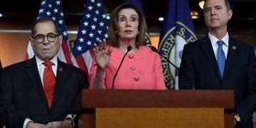 La presidenta de la cámara baja del Congreso de EE.UU., Nancy Pelosi, anuncia que los legisladores demócratas Adam Schiff (d) y Jerry Nadler (i) serán fiscales del juicio político contra el presidente Donald Trump. Foto: forward.com