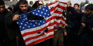 Manifestantes queman una bandera estadounidense durante una manifestación en Teherán, el viernes 3 de enero de 2020, contra el ataque de Estados Unidos que provocó la muerte del general iraní Qassem Soleimani. Foto: Vahid Salemi / AP.