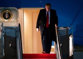 El presidente Donald Trump sale del avión presidencial el miércoles 22 de enero de 2020, en la base de Andrews, Maryland, a su regreso del Foro Económico Mundial en Davos, Suiza. (AP Foto/Kevin Wolf)