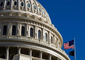 La bandera de Estados Unidos ondea en el Capitolio, en Washington, el domingo 19 de enero de 2020. Foto: Manuel Balce Ceneta / AP.