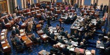 Imagen tomada de un video de senadores votando la moción de permitir nuevos testigos y evidencia en el juicio político contra el presidente Donald Trump en el Capitolio de Estados Unidos en Washington, el viernes 31 de enero de 2020. Foto: Senate Television vía AP.