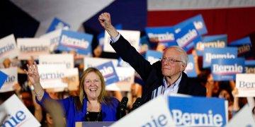 El precandidato presidencial demócrata, el senador Bernie Sanders, de Vermont, y su esposa, Jane, durante un acto de campaña en San Antonio, Texas, el sábado 22 de febrero de 2020. (AP Foto/Eric Gay)
