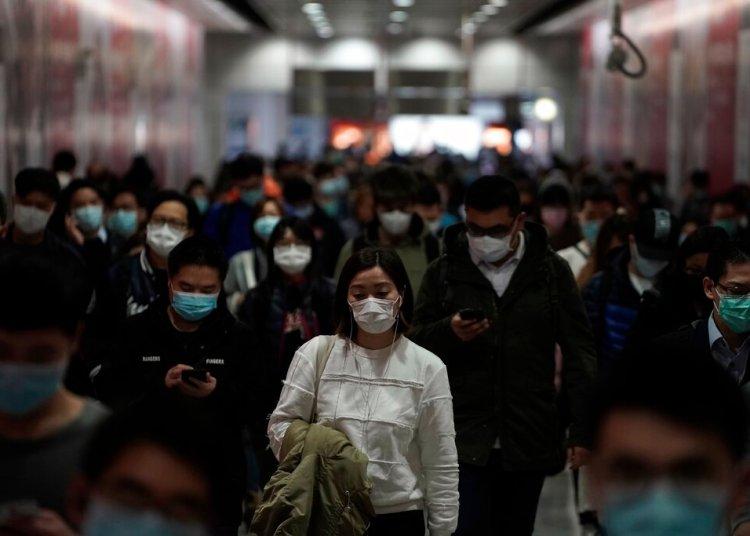 Personas con mascarillas caminan en una estación del tren subterráneo en Hong Kong, el viernes 7 de febrero de 2020. Foto: Kin Cheung/AP.