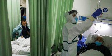 Una enfermera comprueba el estado de un paciente en un ala de aislamiento para pacientes del 2019-nCoV en un hospital de Wuhan, en la provincia china de Hubei. Foto: Chinatopix via AP.