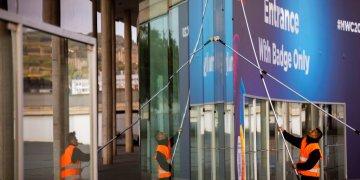 La fachada de uno de los edificios donde debe realizarse la feria de telefonía celular Congreso Móvil Mundial en Barcelona, España. Foto: Emilio Morenatti / AP.