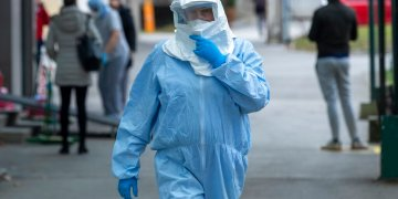 Un trabajador de salud en una clínica de Zagreb, Croacia, el martes 25 de febrero de 2020. Foto; Darko Bandic/AP.