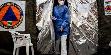 Una paramédica sale de una carpa montada por Proteccion Civil, el jueves 27 de febrero de 2020, en el hospital de Plasencia, Italia. Foto: Claudio Furlan/AP.