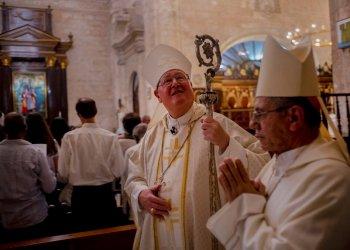 El cardenal Timothy Dolan, arzobispo de Nueva York, al centro, camina al principio de la misa que ofició junto con el arzobispo de La Habana, Juan de la Caridad García Rodríguez, en la catedral de esa ciudad, en Cuba, el lunes 10 de febrero de 2020. (AP Foto/Ramón Espinosa)