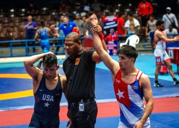 Elgidio Rodriguez, de Cuba, es declarado ganador contra Peyton Ominea, de Estados Unidos, en la categoría 67 kilogramos en las semifinales del Torneo Internacional de Luchas Granma-Cerro Pelado en La Habana el martes 11 de febrero de 2020. Foto:Ramon Espinosa/AP.